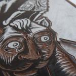 Début de la gravure: avoir un dessin fortement contrasté en noir sur blanc permet d'être plus précis que noir sur le brun foncé du linoleum
